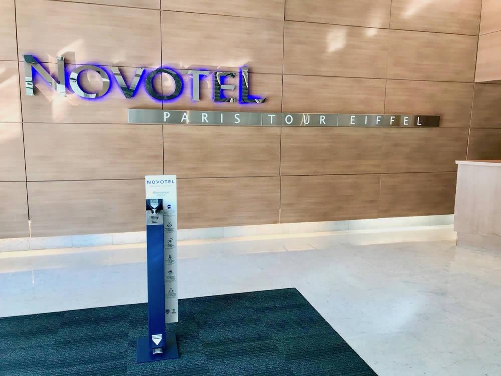 borne de gel hydroalcoolique sur pied à l'hotel novotel Paris