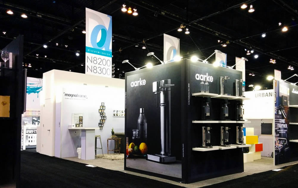 stand design aarke avec étagères