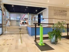 distributeur de gel hydroalcoolique dans une mairie en Normandie
