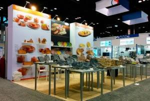 stand design avec étagères présentation produits