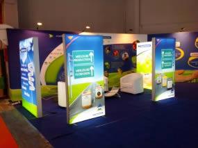 stand d'exposition avec cadre lumineux